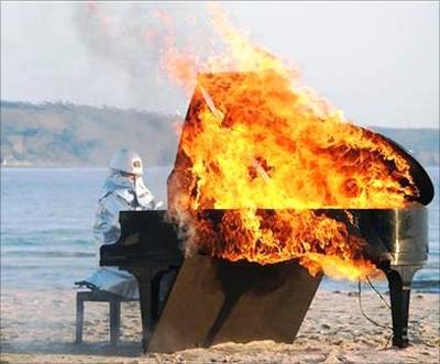Отқа оранған фортепьяно