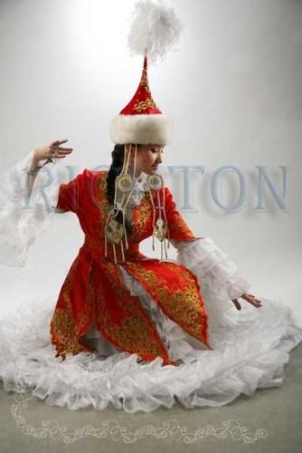 нее время тоже возрождается прекрасная традиция .когда девушки одевают на свадьбу национальные платья!Сразу...