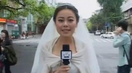 Қытайлық журналист қыз жер сілкінісі жөніндегі репортажды той көйлегінде жасады