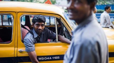 Такси жүргізушісі жолаушысына 300 мың долларын қайтарып берді