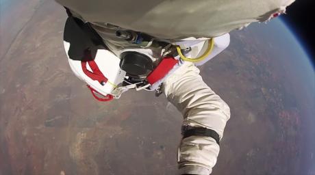 39 шақырым биіктіктен еркін құлау (видео)