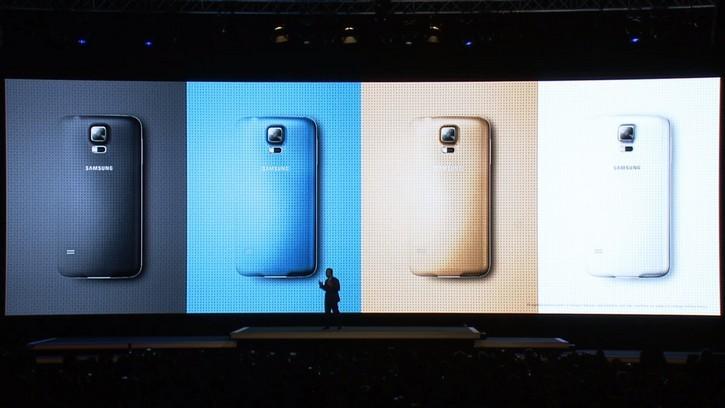 Samsung компаниясы Galaxy S5 смартфоны мен Gear Fit