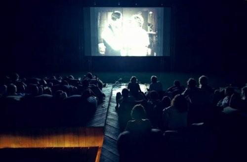 Мұхит ортасындағы кинотеатр