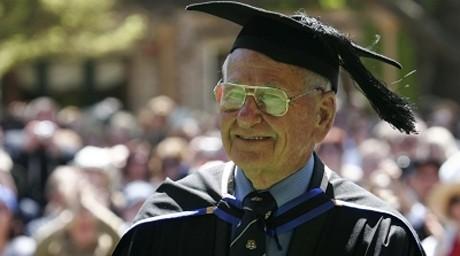97 жасар австралиялық азамат оқу орнын бітірген әлемдегі ең қарт түлек атанды