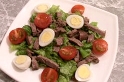 Мәзір: ет, қызанақ және жұмыртқа қосылған салат