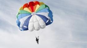 100 жасқа толған әжей туған күнінде парашютпен секірді