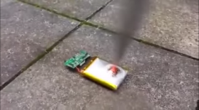 Смартфон батареясын пышақпен тессе не болады? (Видео)
