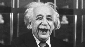 Альберт Эйнштейн өмірінен сыр шертетін суреттер