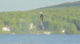 Канадалық жігіт ховербордпен көл үстінен ұшып өтті (видео)