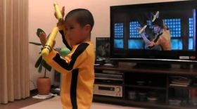 5 жасар бала Брюс Ли трюктерін айнытпай қайталады (видео)