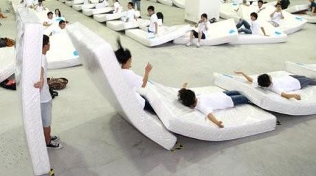 Қытайдағы матрастан жасалған әлемдегі ең үлкен домино