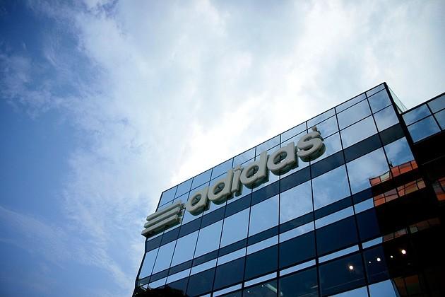 Adidas Қытайдағы жалғыз фабрикасын жабады