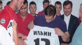 «Қайсар» футбол клубы Илья Ильинге сыйлық жасады (ФОТО)
