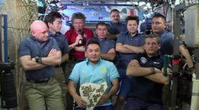 Қазақ ғарышкері Айдын Айымбетов байланысқа ұлттық киіммен шықты