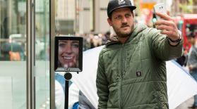 Робот iPhone сатып алу үшін кезекте тұр