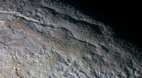 Плутонда «жылан терісіне» ұқсас жер табылды