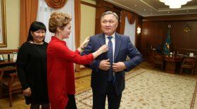 Қарағанды әкімінің президенттікі секілді костюмі