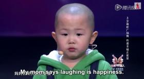 Қытайлық үш жасар бүлдіршін жұртты аяғынан тік тұрғызды (Видео)