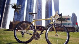Александр Винокуров Дубайда «алтын» велосипедін таныстырды
