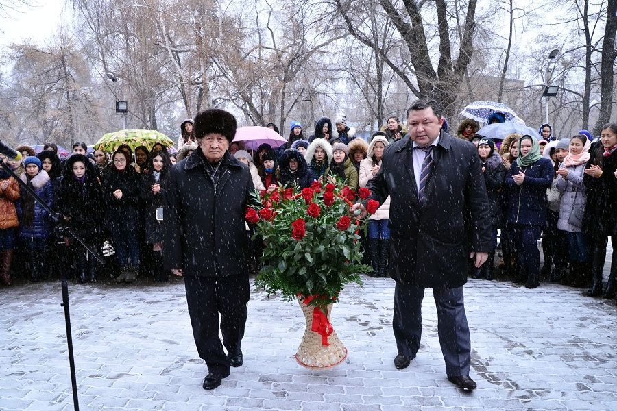Мұқағали Мақатаевтың ескерткішіне гүл қойылды
