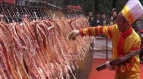 Қытай аспазы 216 қойдың етін бір мезетте қуырып рекорд орнатты