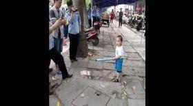 Әжесін полицейлерден қорғаған үш жасар бала (видео)