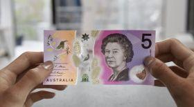 Австралияда мөлдір банкнот пайда болды (видео)