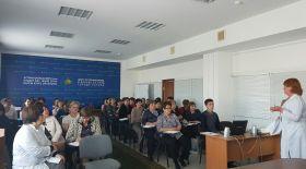 Астаналық ЖИТС орталығында психо-әлеуметтік кеңес берудің озық тәсілдері талқыланды