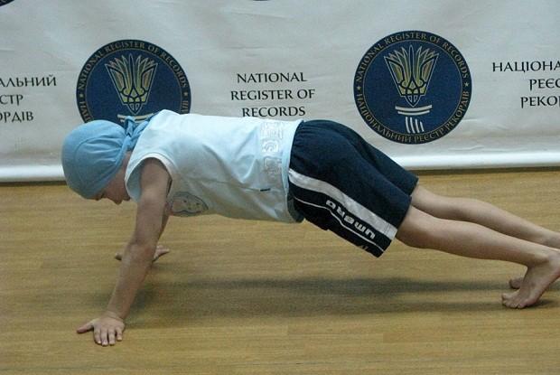 4000 рет отжимание жасаған жеті жасар Андрей ұлттық рекорд орнатты