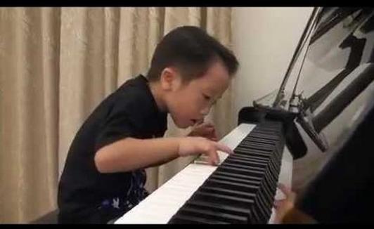 Бес жасар бала пианиноның құлағында ойнады (видео)