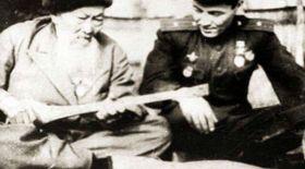 Бауыржан Момышұлының Жамбыл ақынмен кездесуі