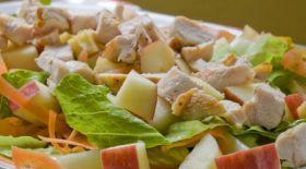 Тауық етінен алма қосылып жасалған салат