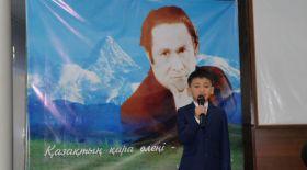 Үш жастағы бала Мұқағали Мақатаевтың өлеңін жатқа оқыды