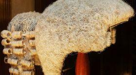 Қазақ арасында ең алғаш жасанды шашты пайдаланған кім?
