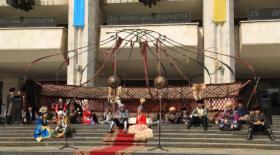 Әкемтеатр алдындағы әз-Наурыз