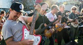 500-ге жуық адам бір уақытта гитарада ойнады