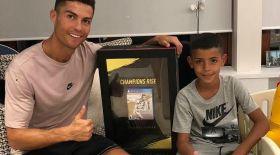 FIFA 19 ойынының алғашқы дискісі Криштиану Роналдуға сыйға тартылды