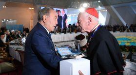 Елбасы Ватиканның папалық кеңесіне сыйлық табыстады