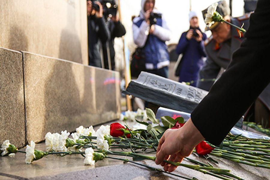 Алматыда Тәуелсіздік монументіне гүл шоқтары қойылды