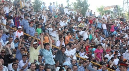 Видео: Тәжікстандағы футбол матчы жаппай төбелеспен аяқталды