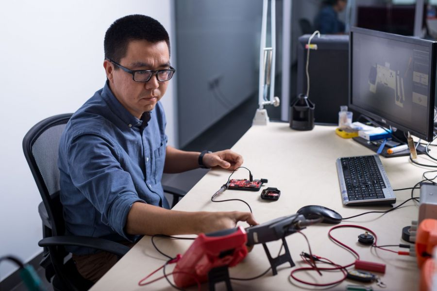 Бейнеге түсіретін көзілдірік, жасанды робот, қадағалайтын білезіктер – отандық өнімдер