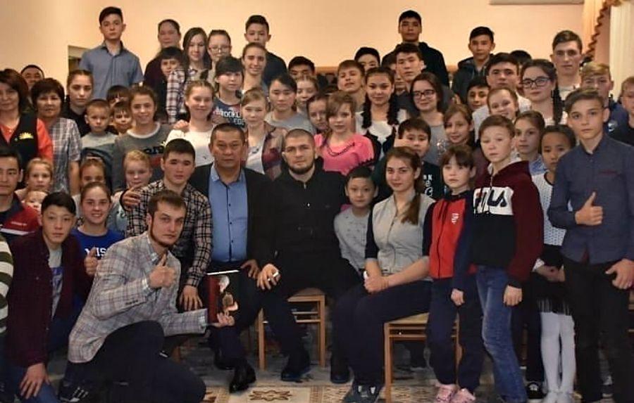 Хабиб Нурмагомедов Қарағандыдағы балалар үйіне келіп кетті