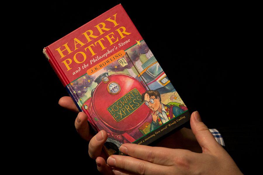 """""""Гарри Поттер мен философиялық тас"""" кітабы рекордтық бағаға сатылды"""