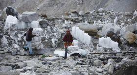 Эверест шыңы қоқысқа толып кеткен