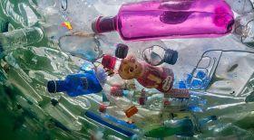 Ғалымдар пластиктің кез келген түрін қайта өңдеуге болатын құрылғы ойлап тапты