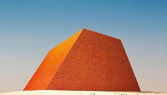 Мүсінші қарапайым бөшкелерден алып пирамида тұрғызбақ