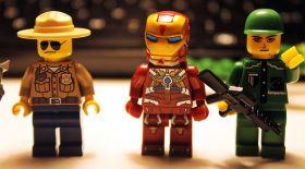 LEGO ойыншығын құрастырған адам көз жұмды