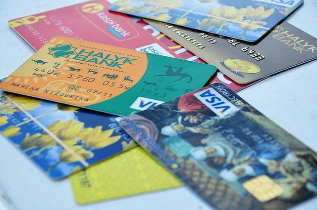 2013 жылы барлық дүкен төлемді пластикалық картамен қабылдайды