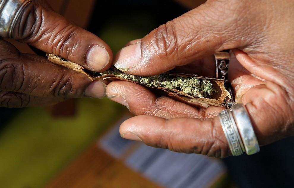 Есірткі сатушы наркотиктің зияны туралы шығарма жазады