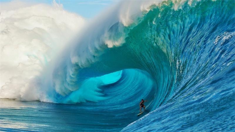 Серфингист на гребне волны скачать